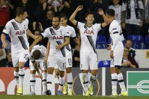 Tottenham players celebrate H.M Son's goal